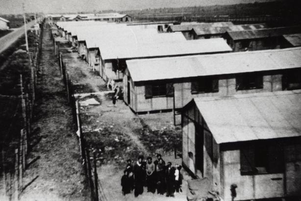 1 Le camp en 1944 vu du haut du mirador
